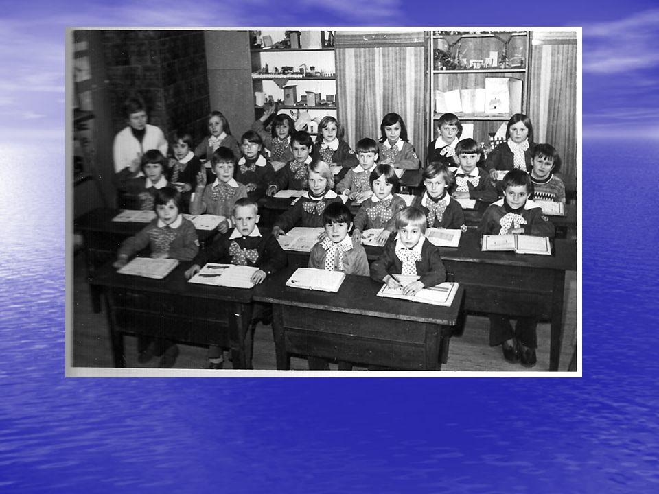 Rok szkolny 1982/83 Dzień Święta Ludowego w Dąbrówce Anna Zawiła w czasie monologu dla zebranych na boisku szkolnym