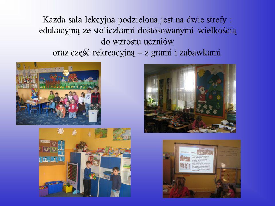 Każda sala lekcyjna podzielona jest na dwie strefy : edukacyjną ze stoliczkami dostosowanymi wielkością do wzrostu uczniów oraz część rekreacyjną – z