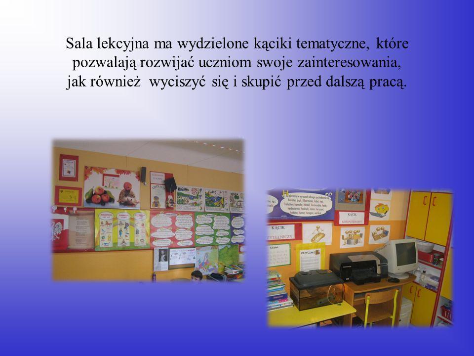 Sala lekcyjna ma wydzielone kąciki tematyczne, które pozwalają rozwijać uczniom swoje zainteresowania, jak również wyciszyć się i skupić przed dalszą