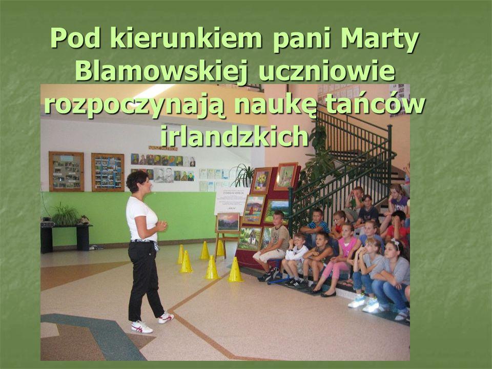 Pod kierunkiem pani Marty Blamowskiej uczniowie rozpoczynają naukę tańców irlandzkich