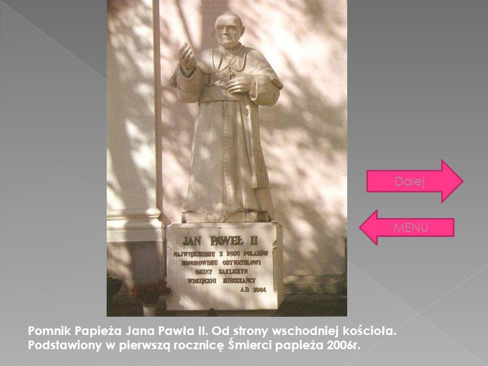 Pomnik Papieża Jana Pawła II. Od strony wschodniej kościoła. Podstawiony w pierwszą rocznicę Śmierci papieża 2006r. MENU Dalej