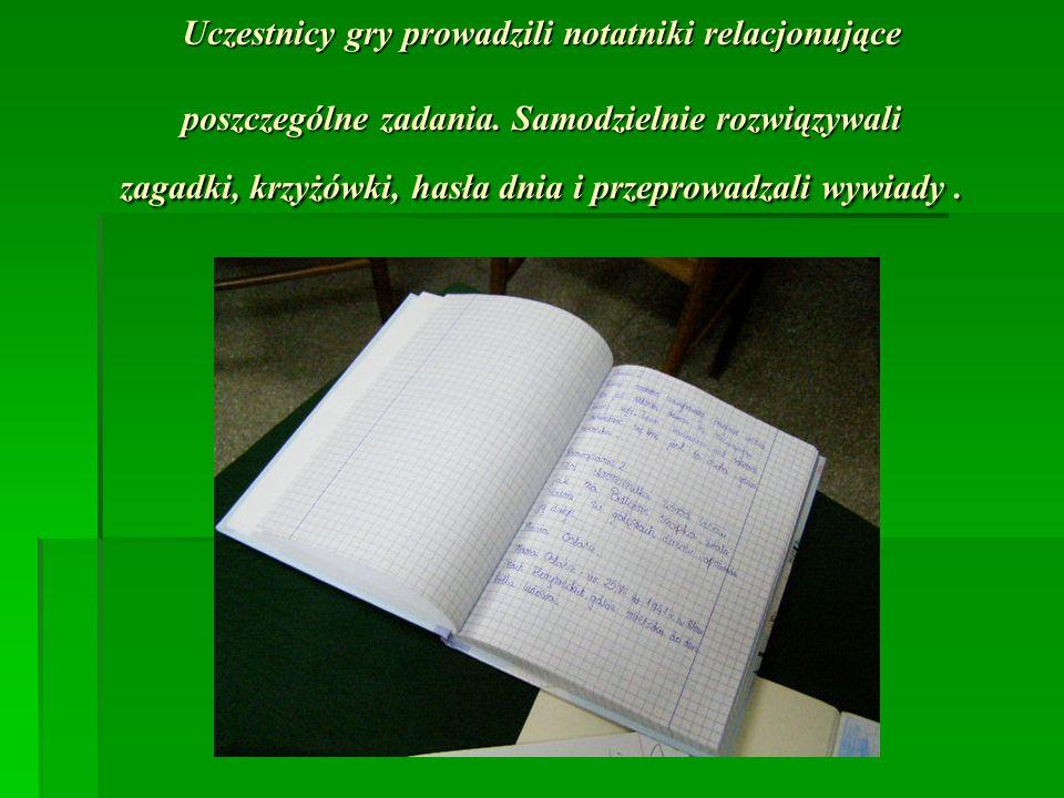 Uczestnicy gry prowadzili notatniki relacjonujące poszczególne zadania. Samodzielnie rozwiązywali zagadki, krzyżówki, hasła dnia i przeprowadzali wywi