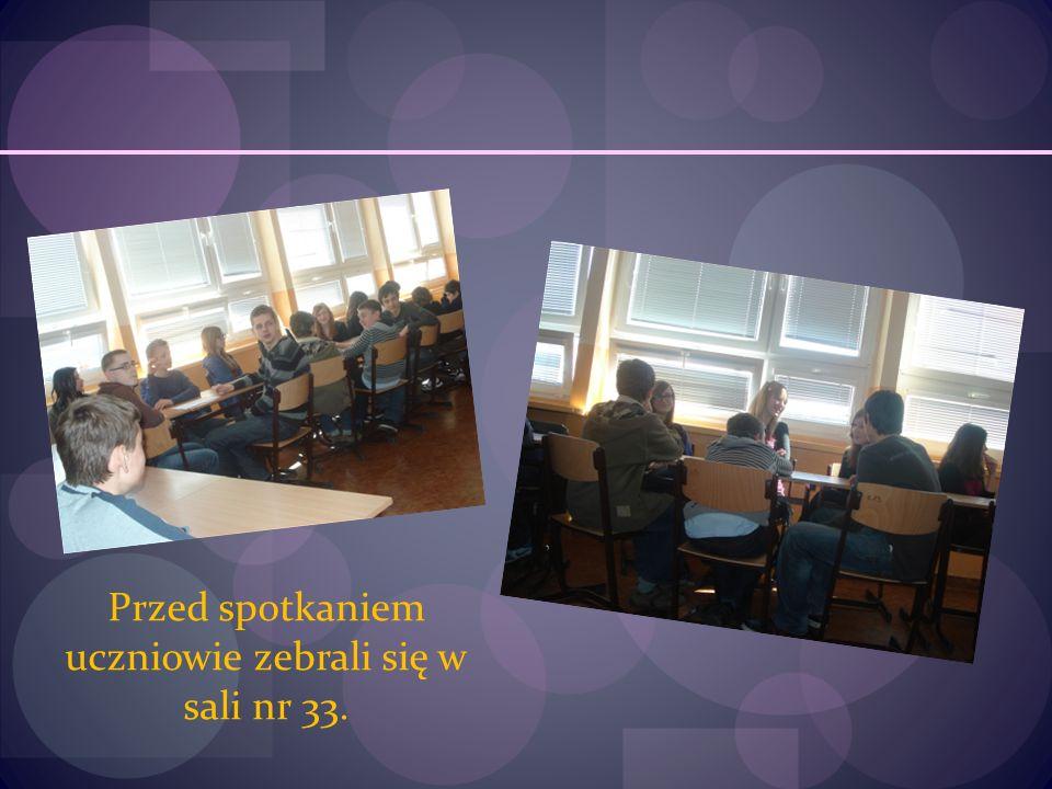 Przed spotkaniem uczniowie zebrali się w sali nr 33.