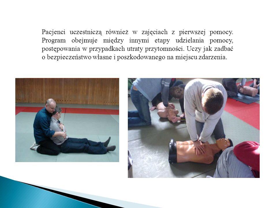 Pacjenci uczestniczą również w zajęciach z pierwszej pomocy. Program obejmuje między innymi etapy udzielania pomocy, postępowania w przypadkach utraty