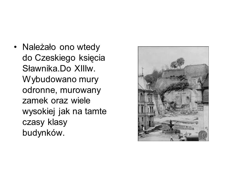 Należało ono wtedy do Czeskiego księcia Sławnika.Do XIIIw. Wybudowano mury odronne, murowany zamek oraz wiele wysokiej jak na tamte czasy klasy budynk