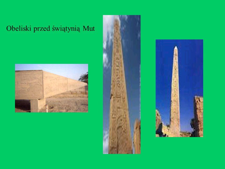 Obeliski przed świątynią Mut