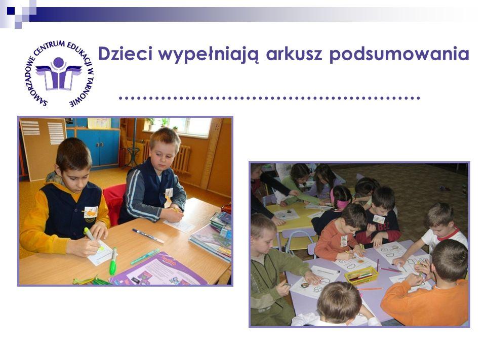 Dzieci wypełniają arkusz podsumowania