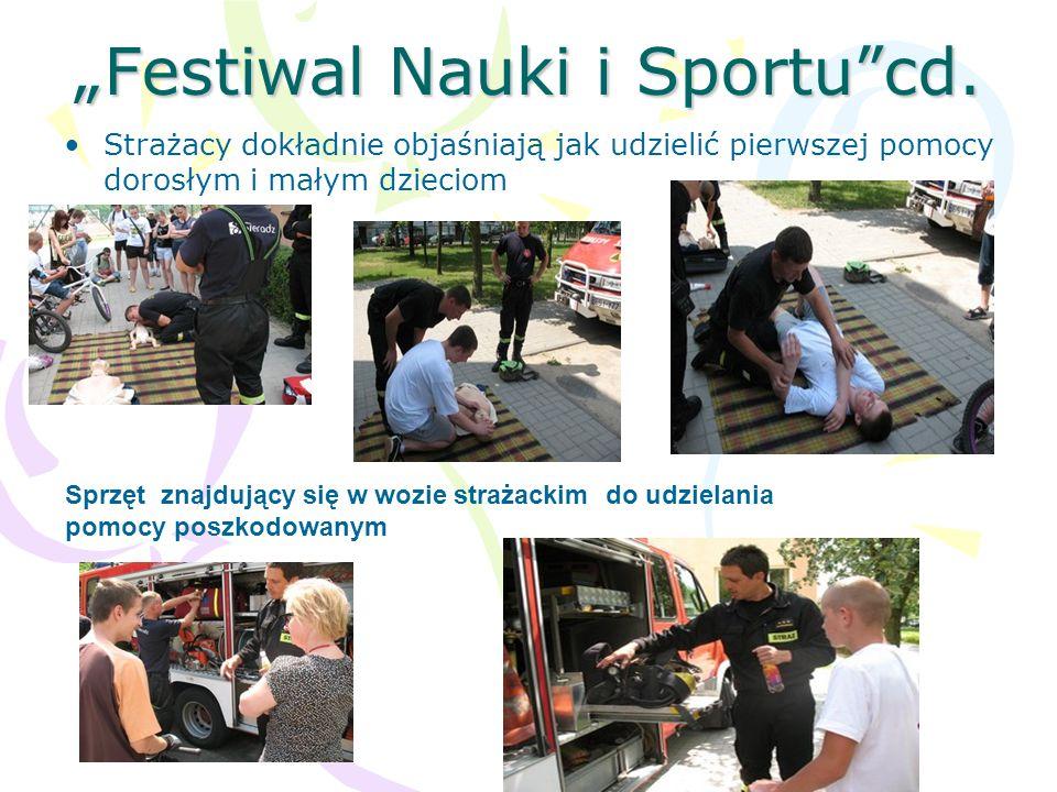 Festiwal Nauki i Sportucd. Strażacy dokładnie objaśniają jak udzielić pierwszej pomocy dorosłym i małym dzieciom Sprzęt znajdujący się w wozie strażac