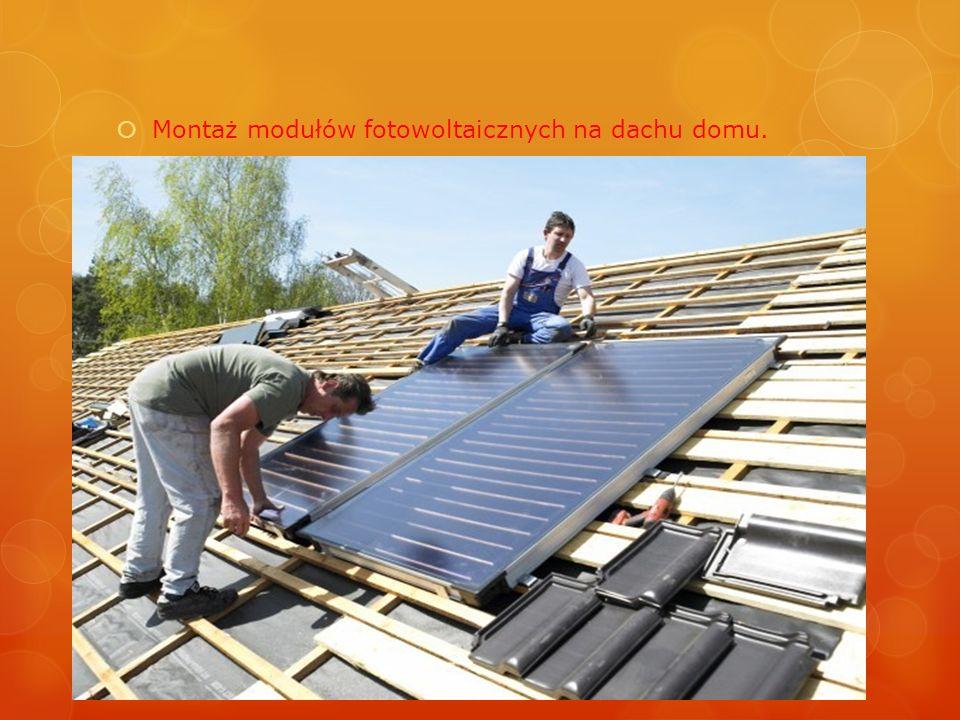 Montaż modułów fotowoltaicznych na dachu domu.