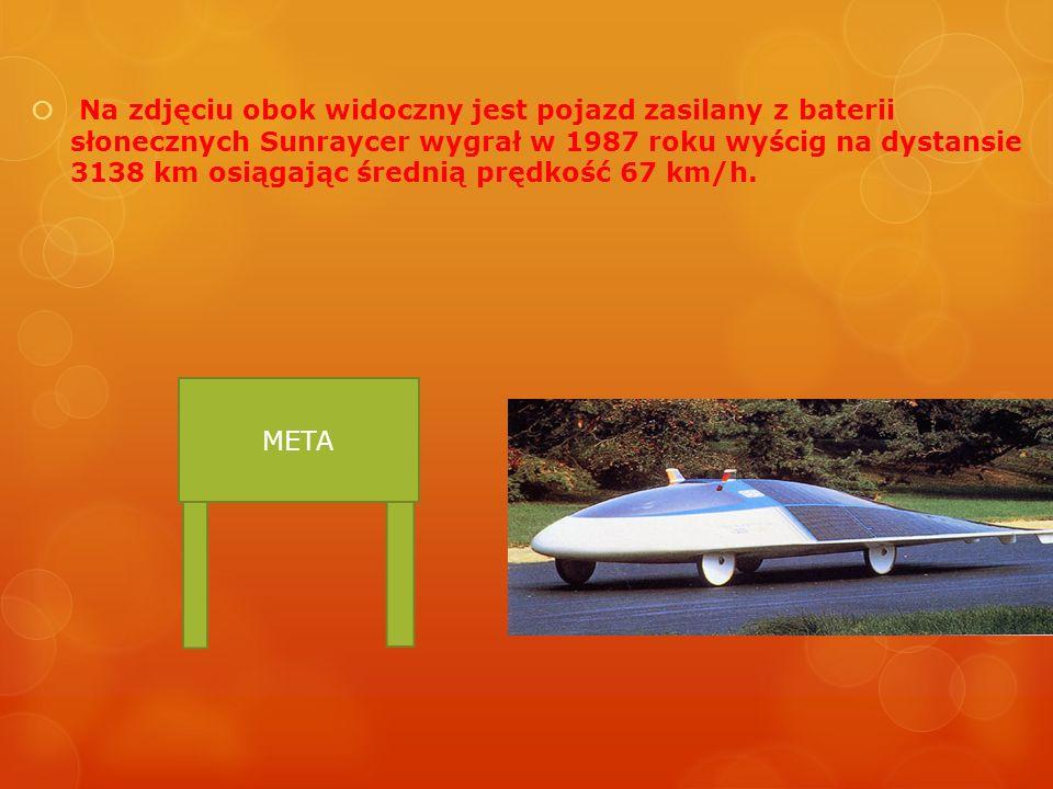 Na zdjęciu obok widoczny jest pojazd zasilany z baterii słonecznych Sunraycer wygrał w 1987 roku wyścig na dystansie 3138 km osiągając średnią prędkoś