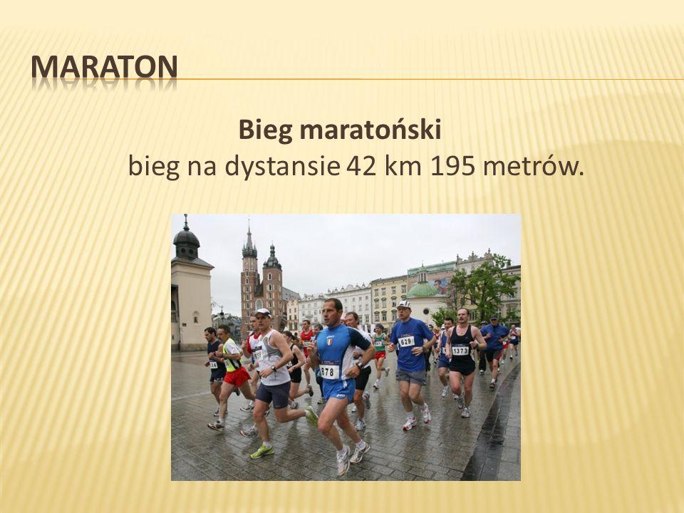Maratony biegają też ludzie starsi.