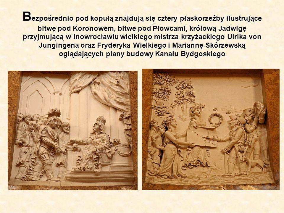 B ezpośrednio pod kopułą znajdują się cztery płaskorzeźby ilustrujące bitwę pod Koronowem, bitwę pod Płowcami, królową Jadwigę przyjmującą w Inowrocła