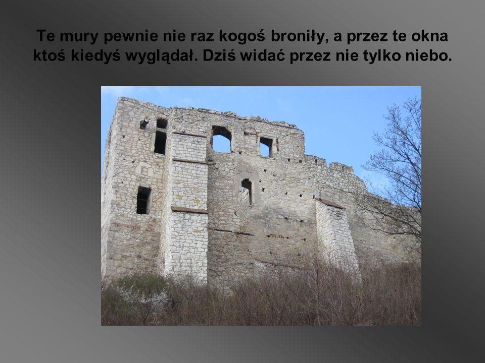 Te mury pewnie nie raz kogoś broniły, a przez te okna ktoś kiedyś wyglądał.