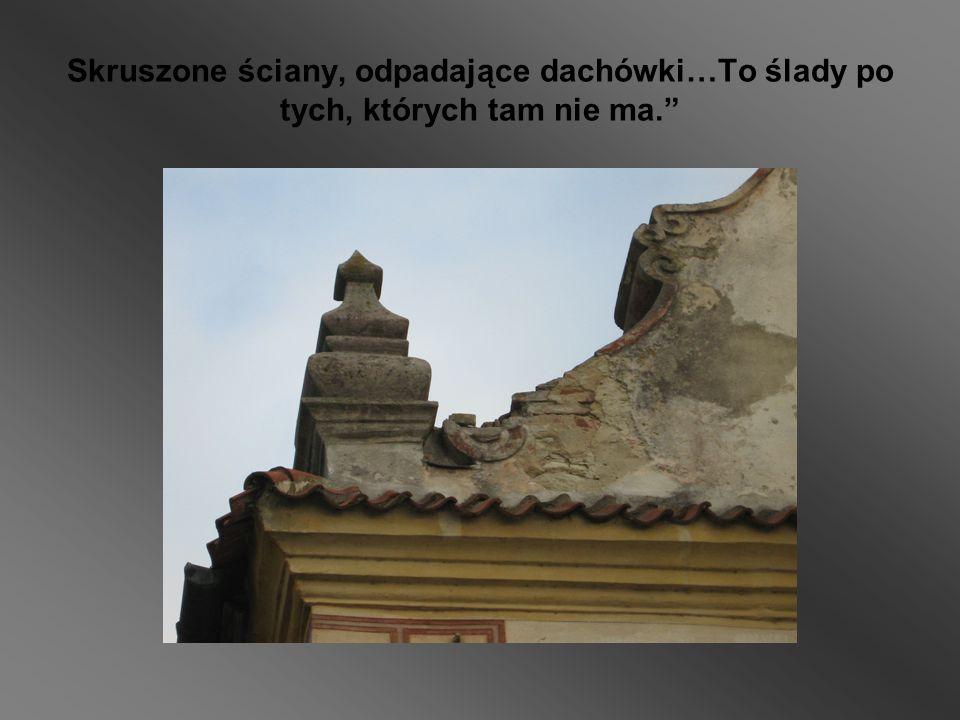 Skruszone ściany, odpadające dachówki…To ślady po tych, których tam nie ma.