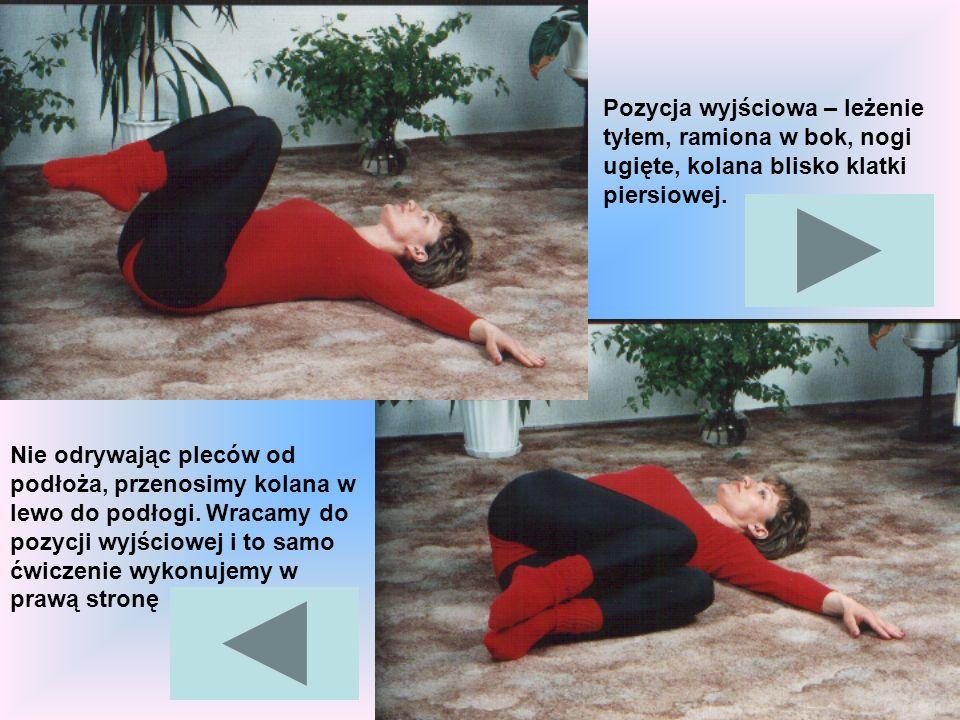Pozycja wyjściowa – leżenie tyłem, ramiona w bok, nogi ugięte, kolana blisko klatki piersiowej. Nie odrywając pleców od podłoża, przenosimy kolana w l