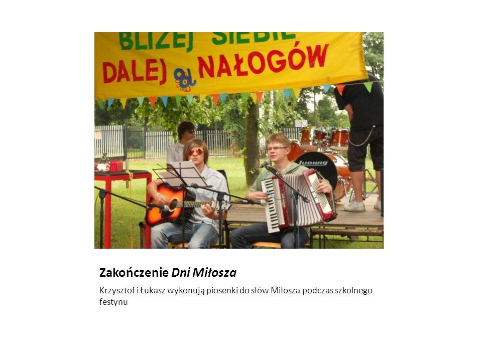 Zakończenie Dni Miłosza Krzysztof i Łukasz wykonują piosenki do słów Miłosza podczas szkolnego festynu