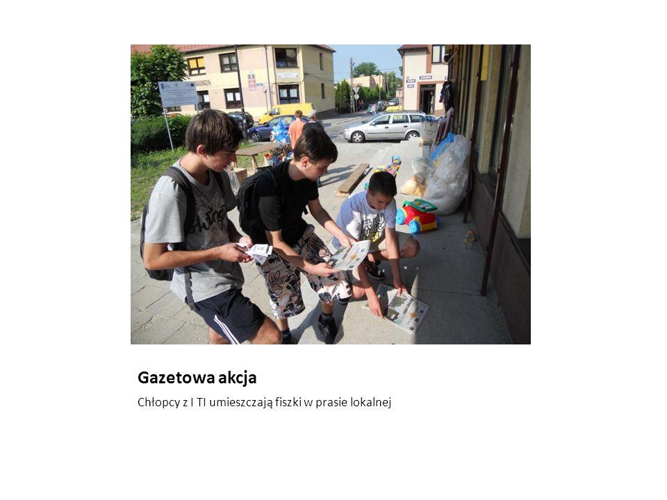 Gazetowa akcja Chłopcy z I TI umieszczają fiszki w prasie lokalnej