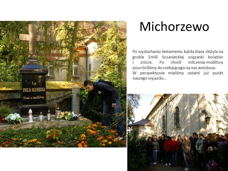 Michorzewo Po wysłuchaniu testamentu każda klasa złożyła na grobie Emilii Sczanieckiej wiązanki kwiatów i znicze. Po chwili milczenia-modlitwy powróci