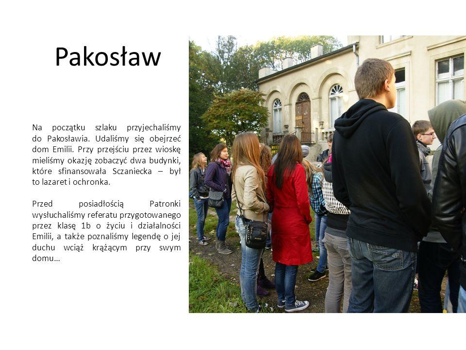 Pakosław Na początku szlaku przyjechaliśmy do Pakosławia. Udaliśmy się obejrzeć dom Emilii. Przy przejściu przez wioskę mieliśmy okazję zobaczyć dwa b
