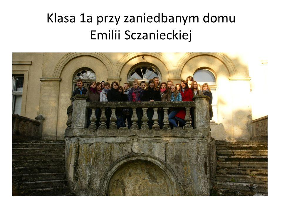 Klasa 1a przy zaniedbanym domu Emilii Sczanieckiej