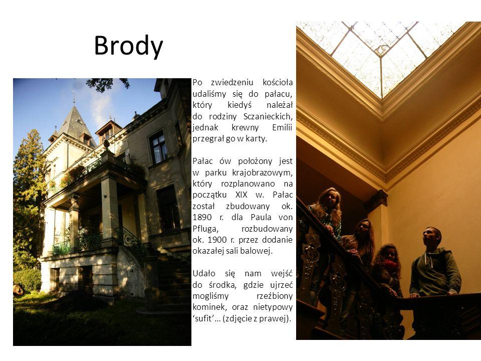 Brody Po zwiedzeniu kościoła udaliśmy się do pałacu, który kiedyś należał do rodziny Sczanieckich, jednak krewny Emilii przegrał go w karty. Pałac ów