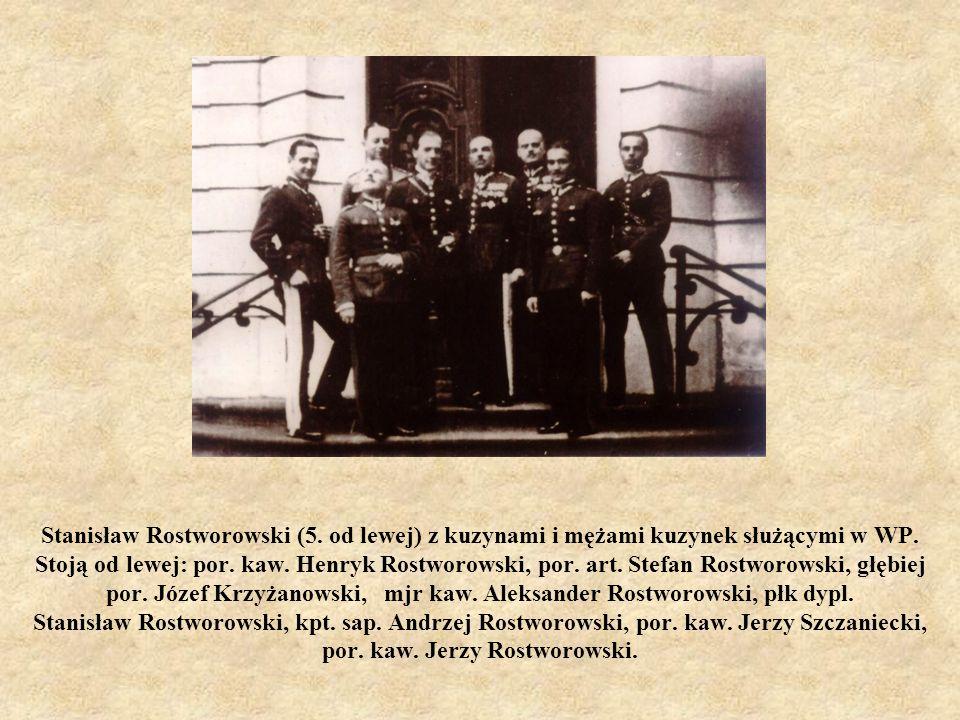 Stanisław Rostworowski (5. od lewej) z kuzynami i mężami kuzynek służącymi w WP. Stoją od lewej: por. kaw. Henryk Rostworowski, por. art. Stefan Rostw
