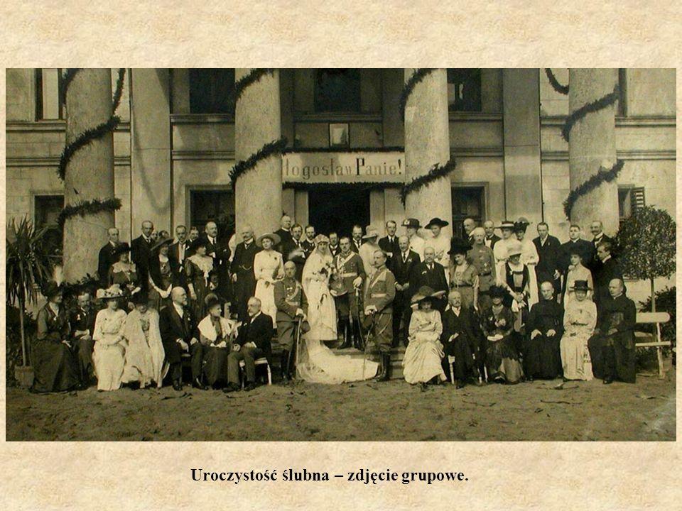 Uroczystość ślubna – zdjęcie grupowe.