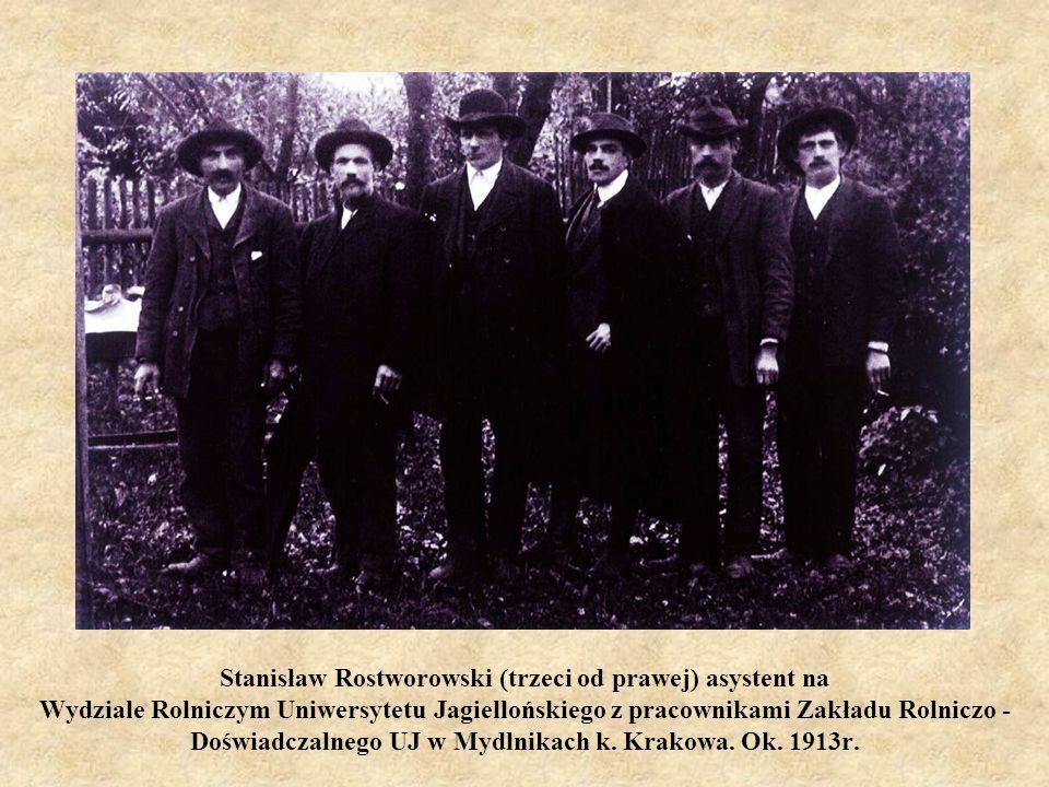 Stanisław Rostworowski (trzeci od prawej) asystent na Wydziale Rolniczym Uniwersytetu Jagiellońskiego z pracownikami Zakładu Rolniczo - Doświadczalneg