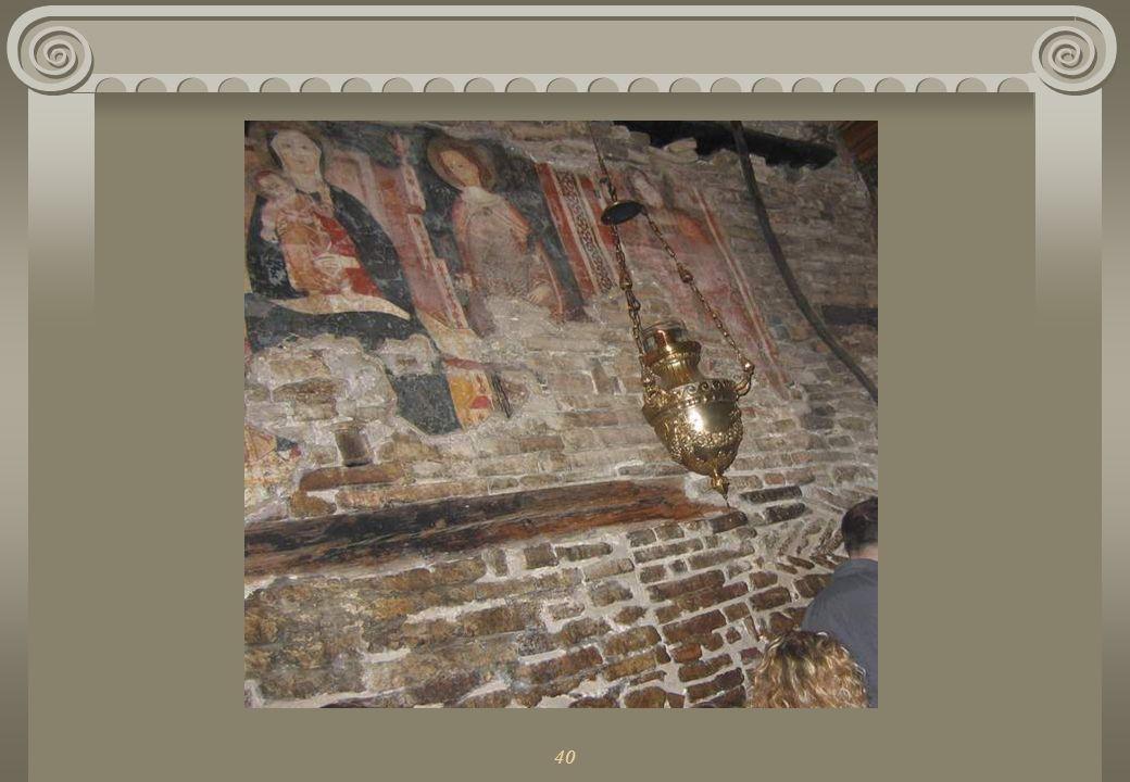 40 Również we wnętrzu kościoła znajdują się trzy oryginalne ściany domku, w którym mieszkała Maryja.