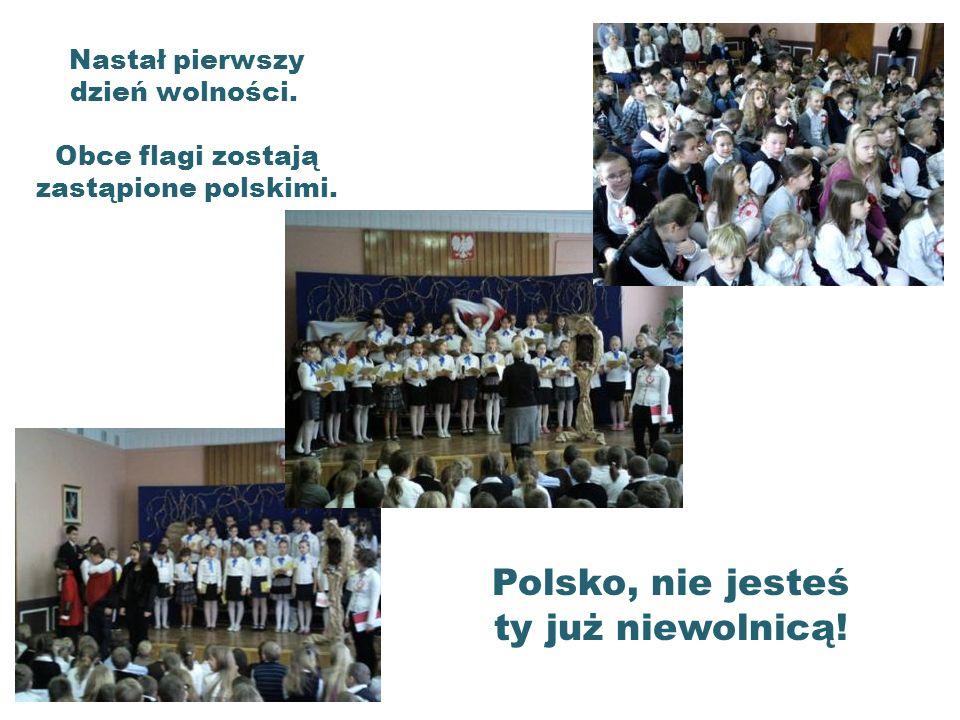 Nastał pierwszy dzień wolności. Obce flagi zostają zastąpione polskimi.