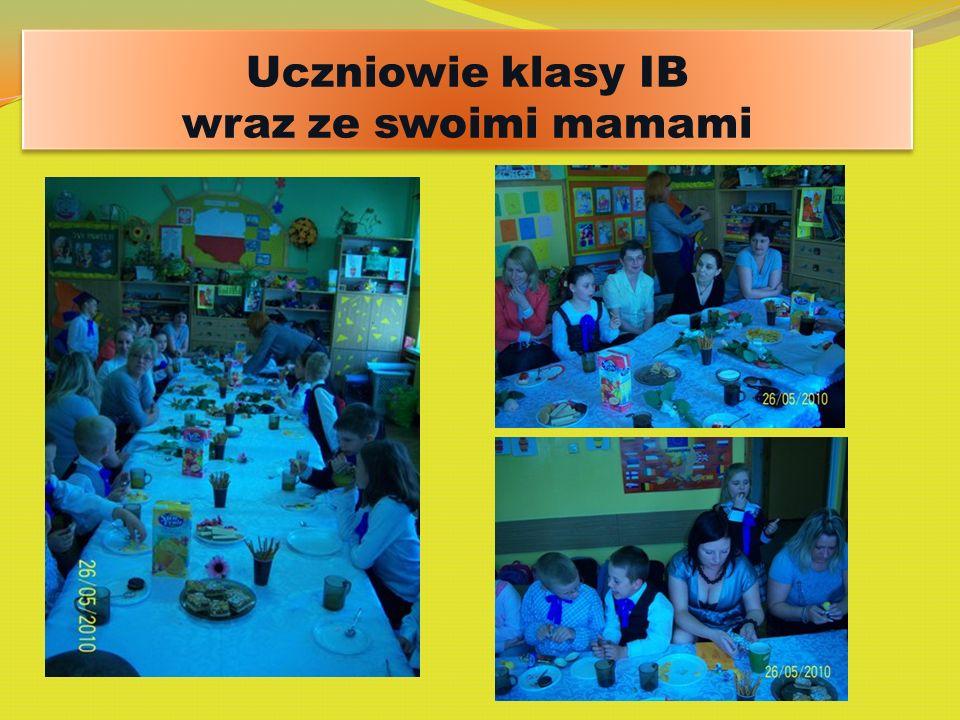 Uczniowie klasy IB wraz ze swoimi mamami