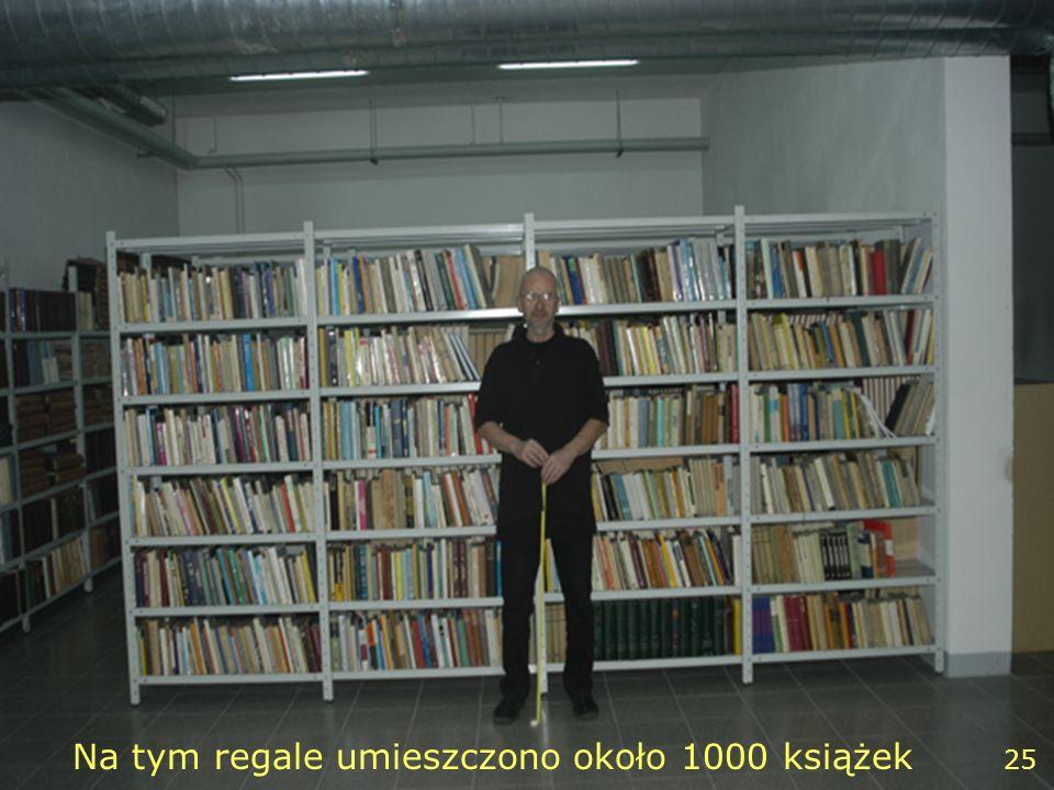 25 Na tym regale umieszczono około 1000 książek 25