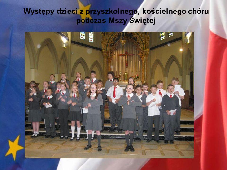 Występy dzieci z przyszkolnego, kościelnego chóru podczas Mszy Świętej