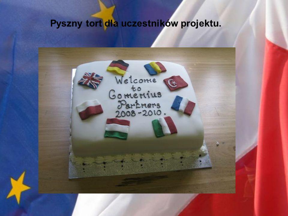 Pyszny tort dla uczestników projektu.