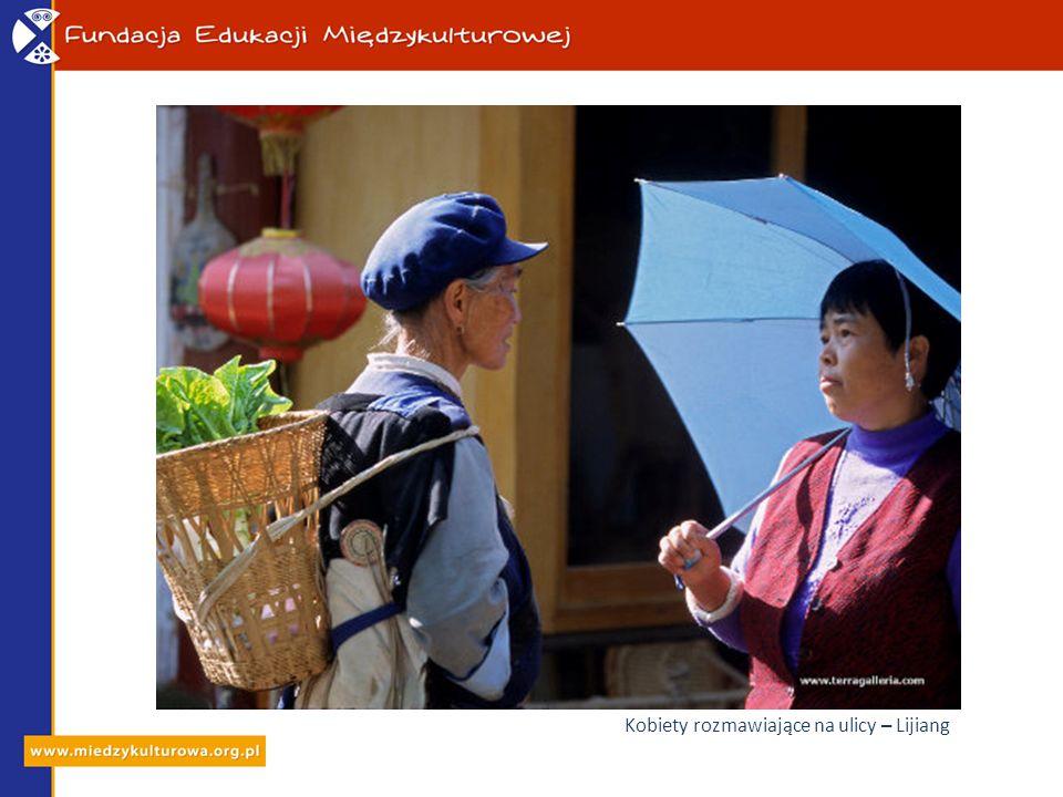 Kobiety rozmawiające na ulicy – Lijiang