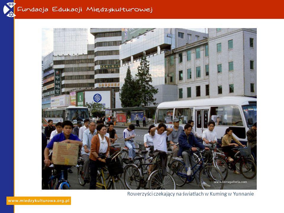 Rowerzyści czekający na światłach w Kuming w Yunnanie