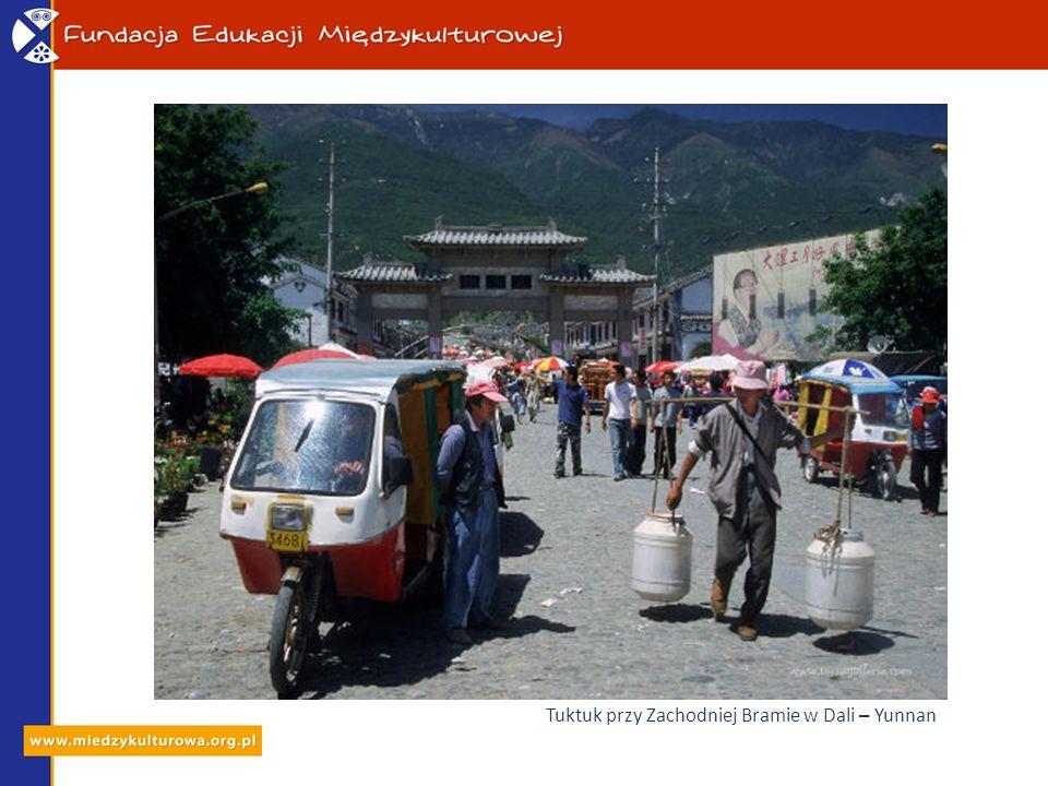 Tuktuk przy Zachodniej Bramie w Dali – Yunnan