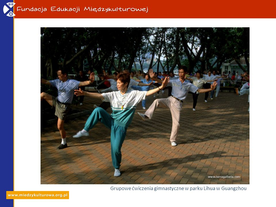 Grupowe ćwiczenia gimnastyczne w parku Lihua w Guangzhou