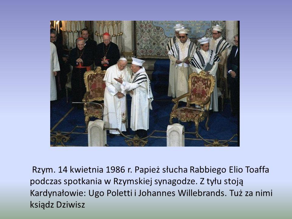 Rzym. 14 kwietnia 1986 r. Papież słucha Rabbiego Elio Toaffa podczas spotkania w Rzymskiej synagodze. Z tyłu stoją Kardynałowie: Ugo Poletti i Johanne