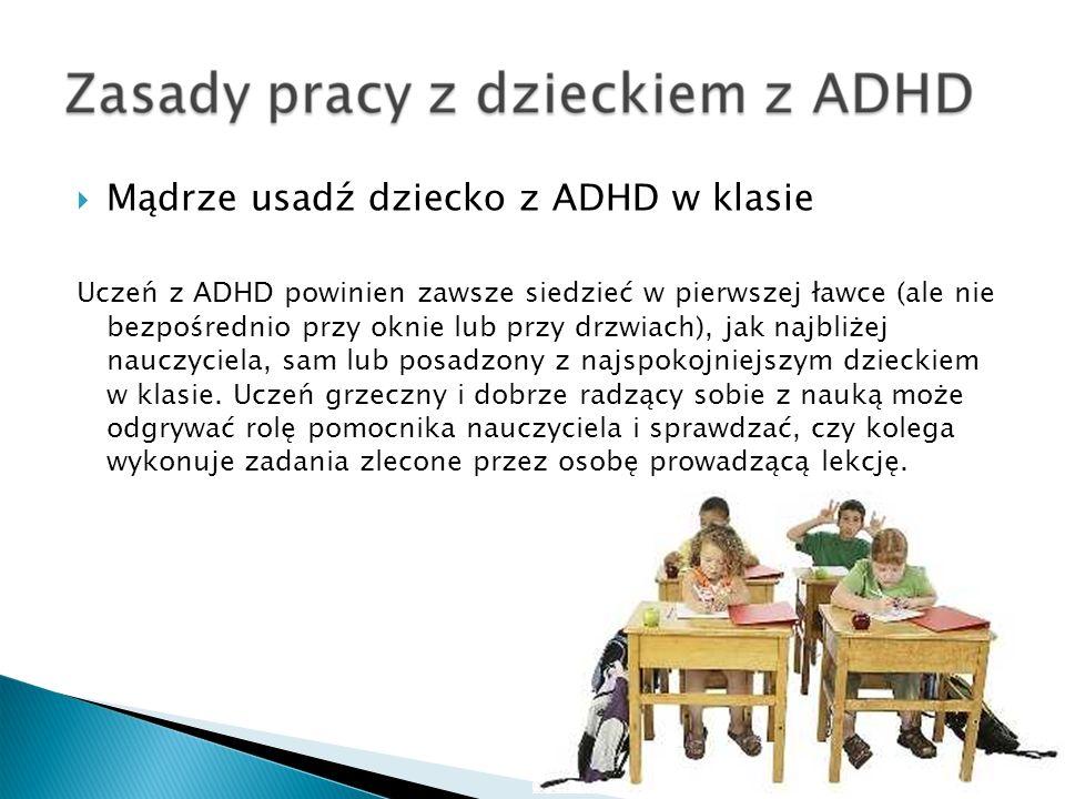 Mądrze usadź dziecko z ADHD w klasie Uczeń z ADHD powinien zawsze siedzieć w pierwszej ławce (ale nie bezpośrednio przy oknie lub przy drzwiach), jak