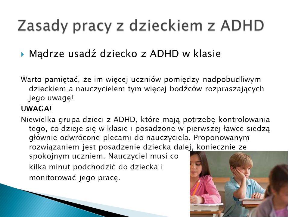 Mądrze usadź dziecko z ADHD w klasie Warto pamiętać, że im więcej uczniów pomiędzy nadpobudliwym dzieckiem a nauczycielem tym więcej bodźców rozprasza