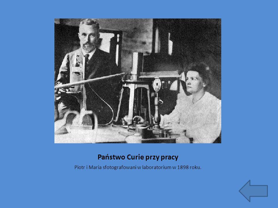 Państwo Curie przy pracy Piotr i Maria sfotografowani w laboratorium w 1898 roku.