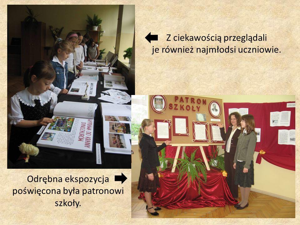 Z ciekawością przeglądali je również najmłodsi uczniowie. Odrębna ekspozycja poświęcona była patronowi szkoły.