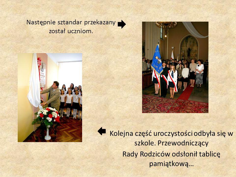 Następnie sztandar przekazany został uczniom. Kolejna część uroczystości odbyła się w szkole. Przewodniczący Rady Rodziców odsłonił tablicę pamiątkową