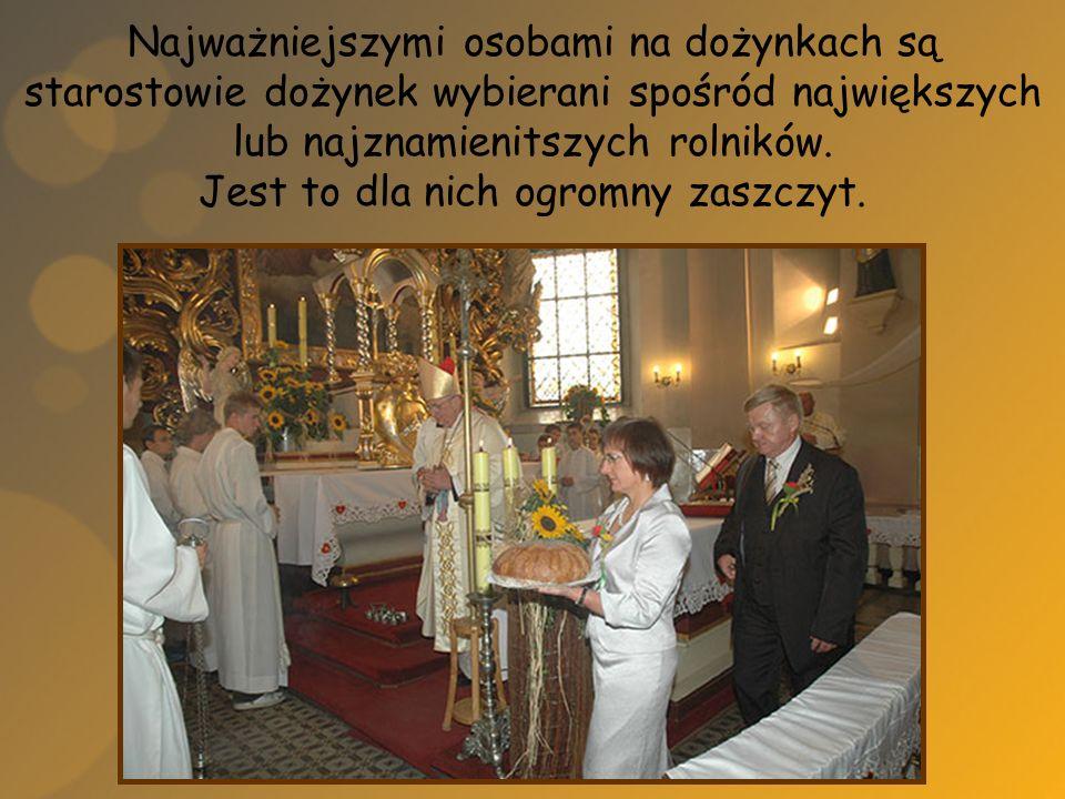 Starostowie przekazują dożynkowy chleb, który wcześniej jest święcony przez kapłana sprawującego mszę świętą i obiecują dzielić ten chleb sprawiedliwie.