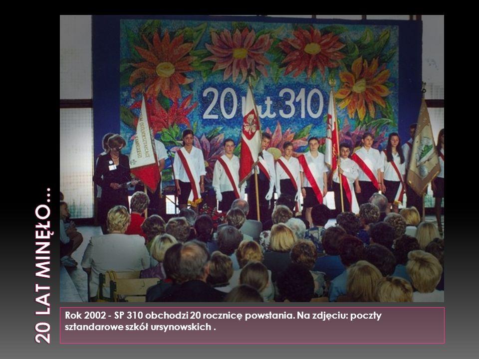 Rok 2002 - SP 310 obchodzi 20 rocznicę powstania. Na zdjęciu: poczty sztandarowe szkół ursynowskich.