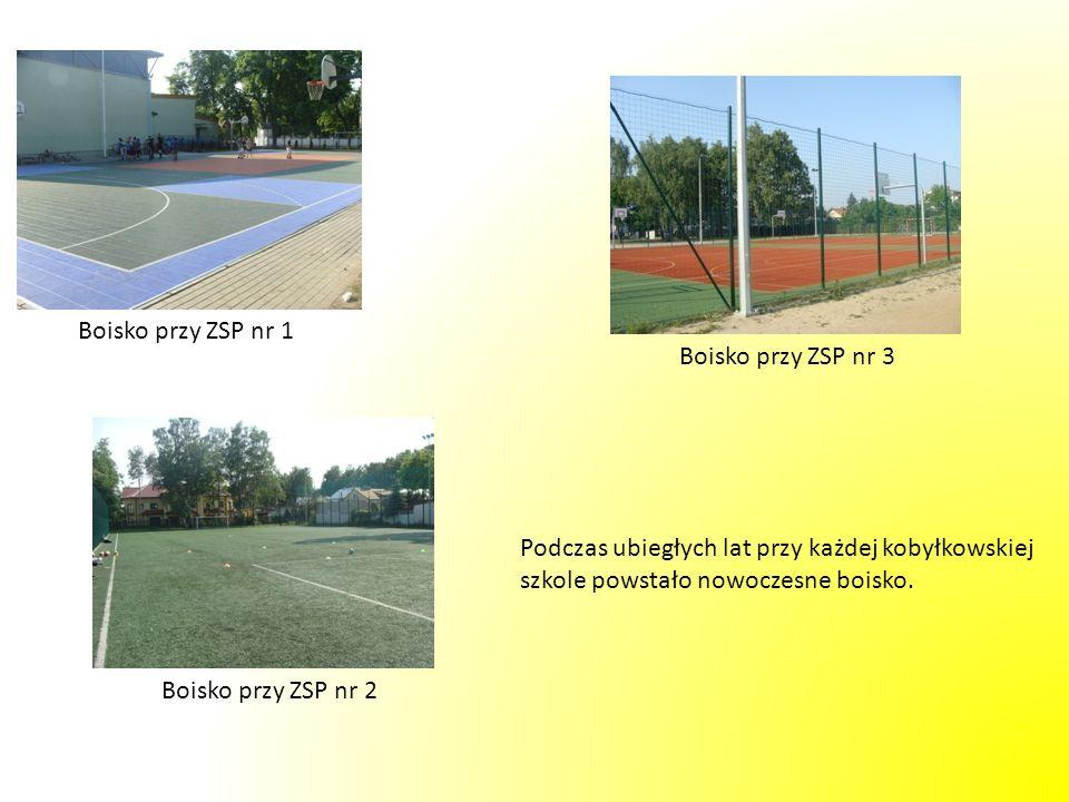Boisko przy ZSP nr 1 Boisko przy ZSP nr 3 Boisko przy ZSP nr 2 Podczas ubiegłych lat przy każdej kobyłkowskiej szkole powstało nowoczesne boisko.
