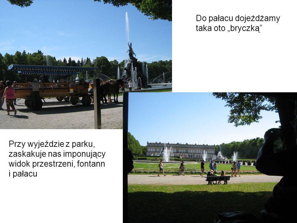 Przy wyjeździe z parku, zaskakuje nas imponujący widok przestrzeni, fontann i pałacu Do pałacu dojeżdżamy taka oto bryczką