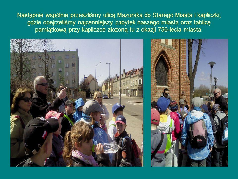 Następnie wspólnie przeszliśmy ulicą Mazurską do Starego Miasta i kapliczki, gdzie obejrzeliśmy najcenniejszy zabytek naszego miasta oraz tablicę pamiątkową przy kapliczce złożoną tu z okazji 750-lecia miasta.