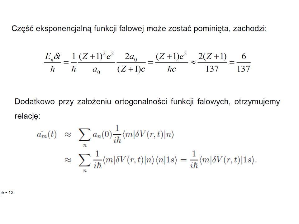 W stanie końcowym, układ doznaje odrzutu, aby uwzględnić ten efekt należy przejść z funkcją elektronu do układu laboratoryjnego: W stanie początkowym funkcja falowa jest postaci: Część opisująca stany związane